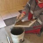 Каким клеем клеить керамическую плитку на стену