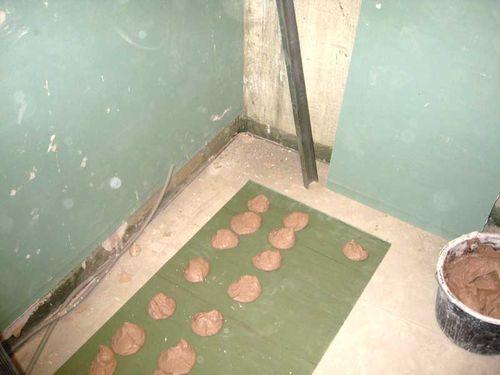 Как правильно класть плитку на гипсокартон?