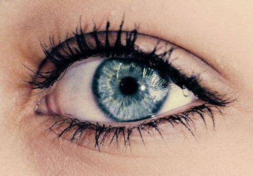 Клей попал в глаз