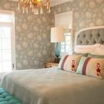 Обои для спальни: что лучше клеить?