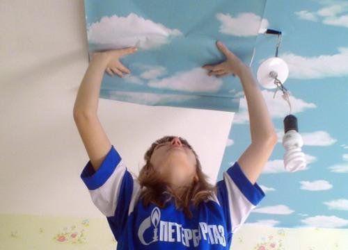 Учимся клеить обои на потолок