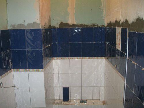 Кладем плитку на стены ванной
