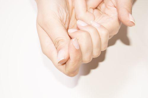 Как удалить клей с рук