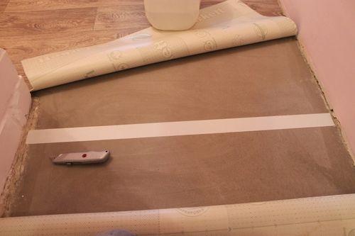 Приклеивание напольного покрытия
