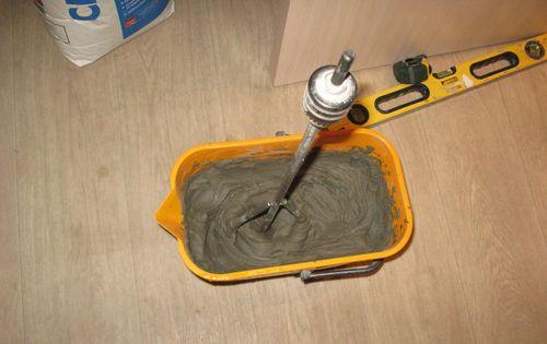 Замешивание раствора для плитки